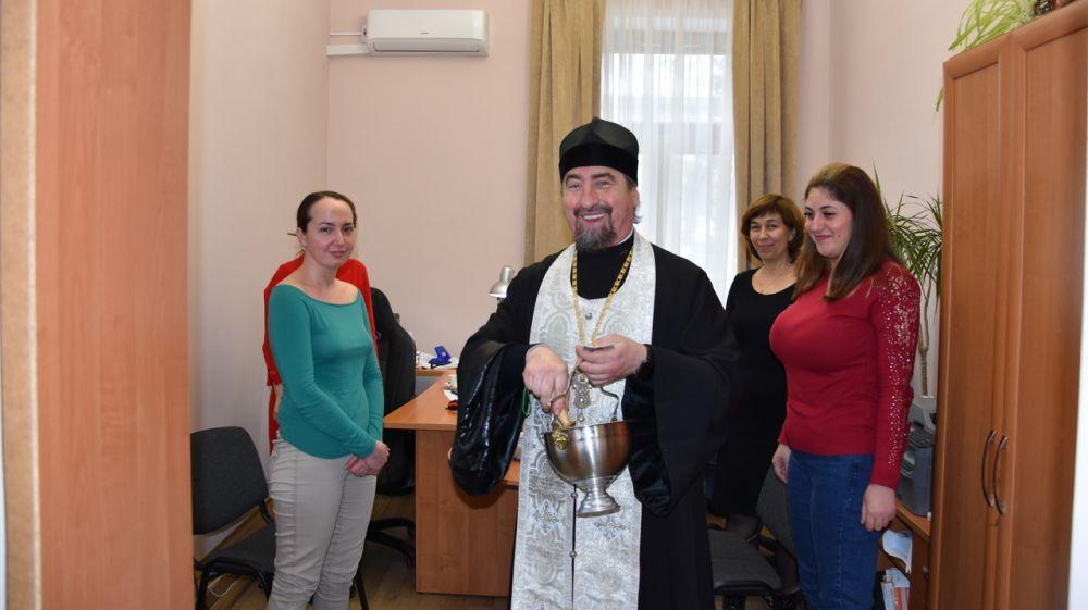 Благочинный Бахчисарайского района протоиерей Петр Чайковский в сослужении клирика храма провел традиционное окропление святой водой