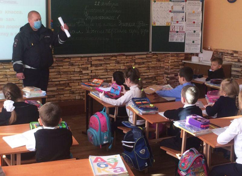 В Керчи автоинспекторы проводят для детей уроки дорожной безопасности