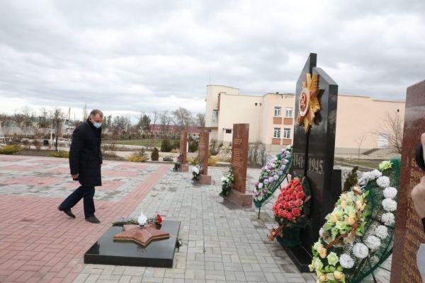 Владимир Константинов возложил цветы к мемориалам в память о погибших в годы Великой Отечественной войны