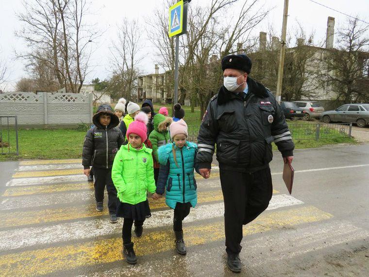 Красноперекопские полицейские совместно с общественниками и волонтерами провели комплекс профилактических мероприятий