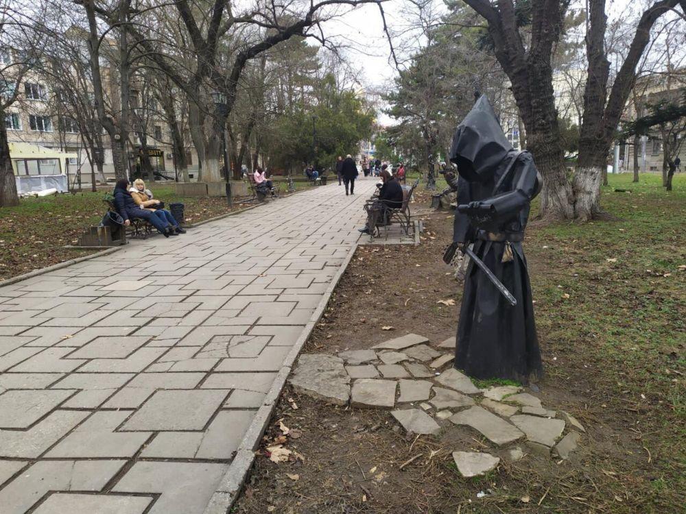 Из сквера Дыбенко в Симферополе могут исчезнуть кованые скульптуры