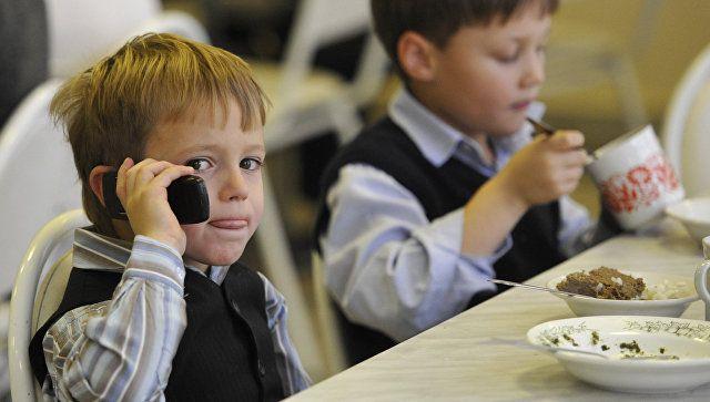 """В РФ предложили ввести """"родительский контроль"""" для детских сим-карт"""