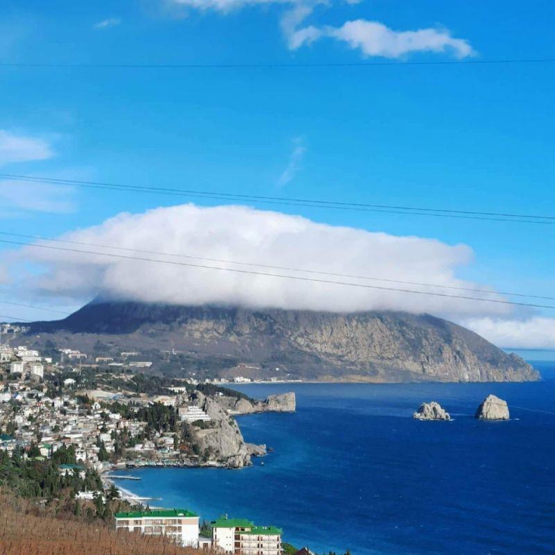 Фотофакт с Южного берега Крыма: «Мишка надел шапку из облаков»