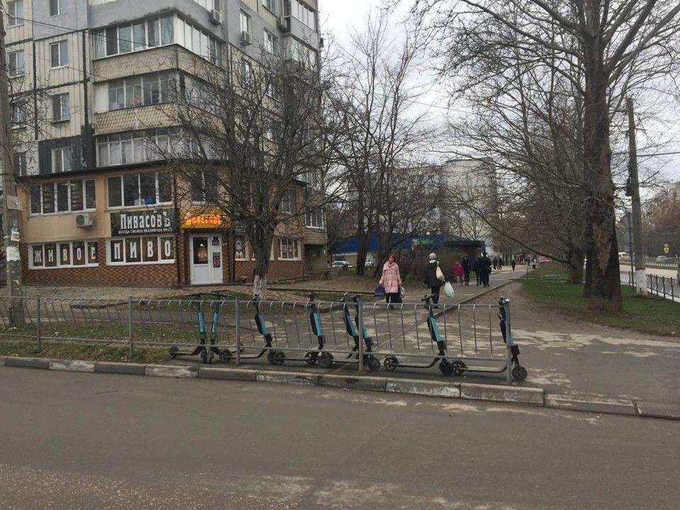 Стало известно, кто владелец нелегальных стоянок электросамокатов в Симферополе