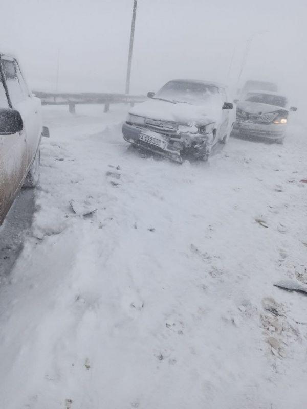 На «Тавриде» в районе Симферополя столкнулось несколько машин