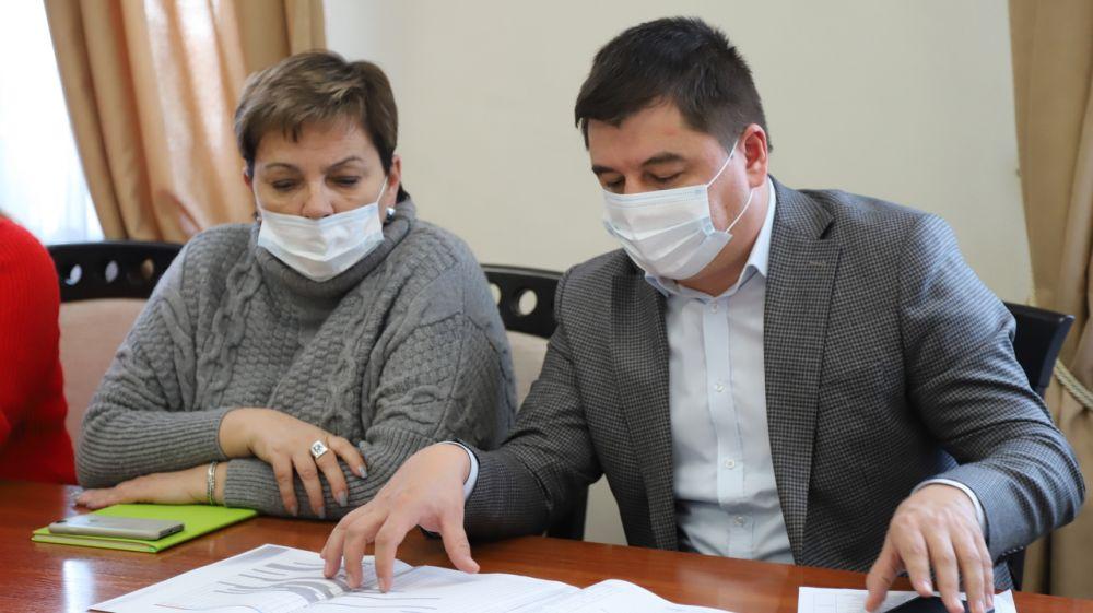 Людмила Пучкова обсудила с подрядчиком сроки исполнения графиков по ремонту Домов Культуры в Бахчисарае и Холмовке