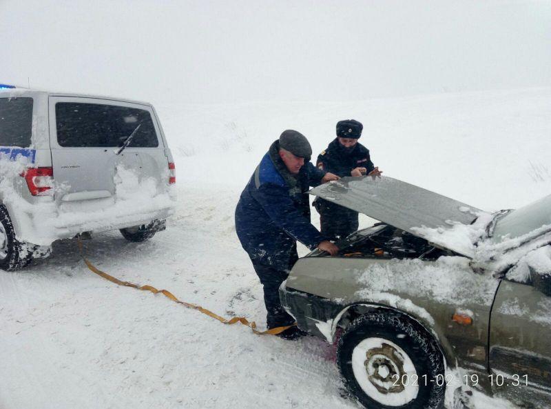 В Крыму сотрудники полиции оказывают помощь автолюбителям, попавшим в снежный плен