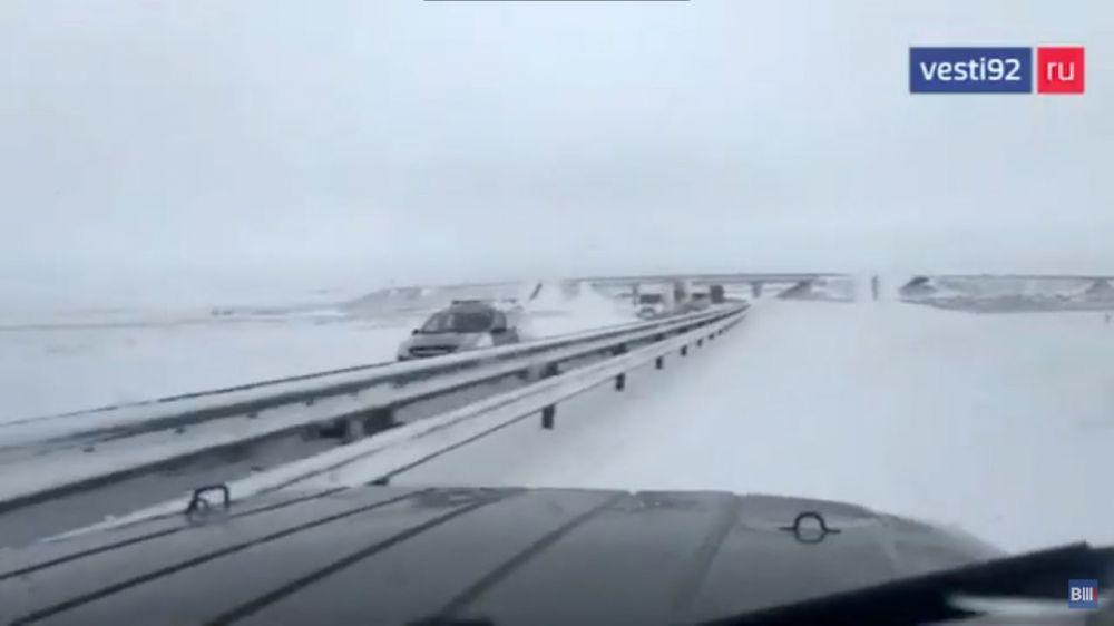 В Крыму военнослужащие ЧФ оказали помощь автомобилистам, застрявшим в снежных заносах