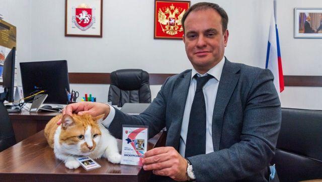 Глава минкурортов Крыма вручил коту Мостику удостоверение экскурсовода