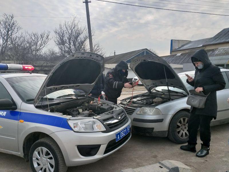 В Красногвардейском районе сотрудники ДПС помогли женщине устранить поломку в автомобиле