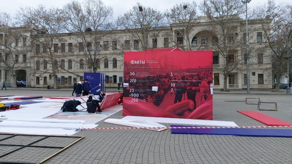 На площади Нахимова в Севастополе разворачивают выставку фотографий «Русской весны»