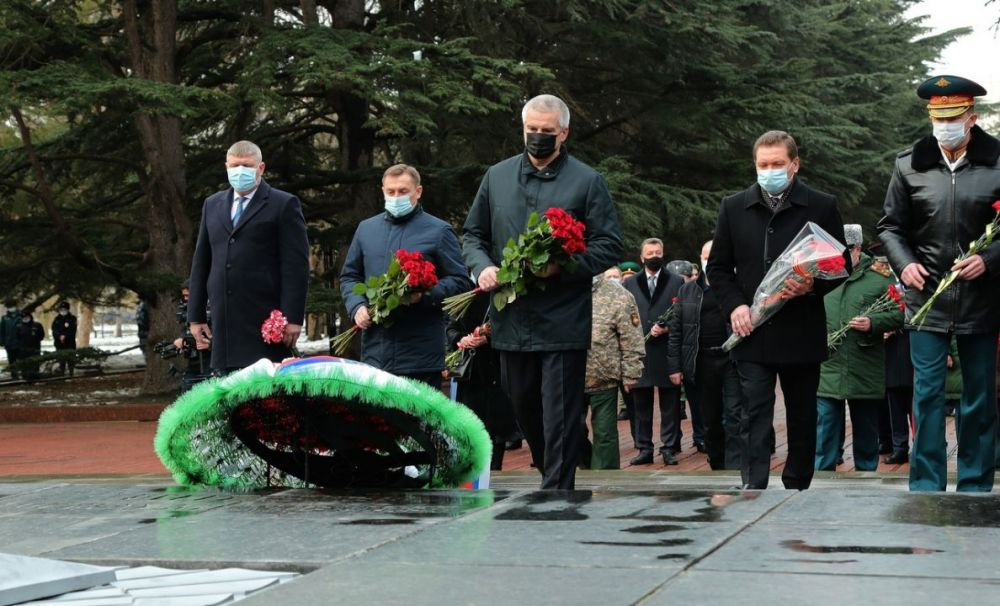 Глава Крыма Сергей Аксёнов возложил цветы к Вечному огню