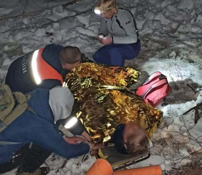 В Крыму спасатели вынесли из леса повредившую ногу женщину