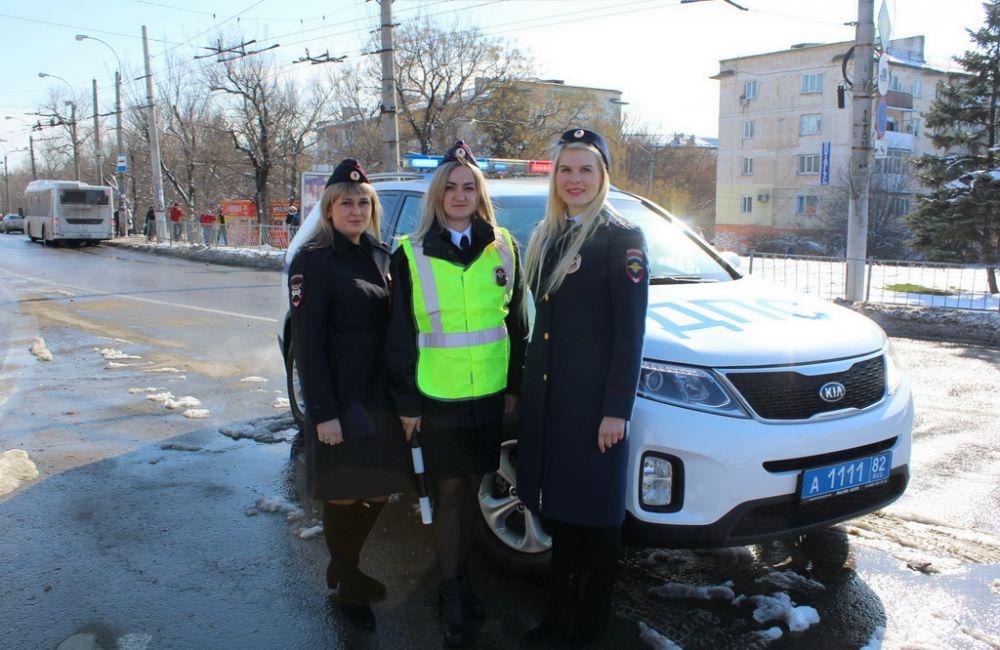 Сотрудницы Госавтоинспекции Республики Крым поздравили мужчин-водителей с Днем защитника Отечества