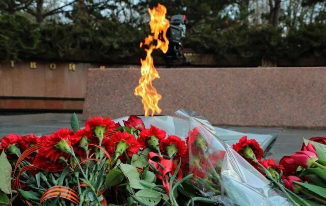 В Симферополе возложили цветы к Вечному огню