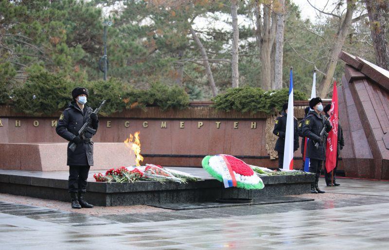 Министр внутренних дел по Республике Крым принял участие в церемонии возложения цветов к Вечному огню в Симферополе