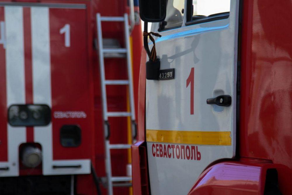 На улице 1-я Бастионная в Севастополе случился пожар в нежилом доме