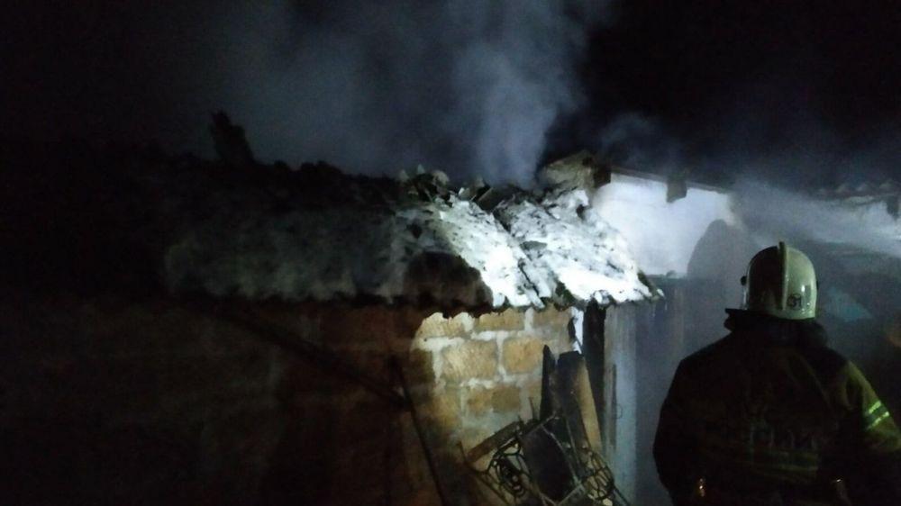 В частном домовладении под Симферополем сгорел гараж вместе с автомобилем