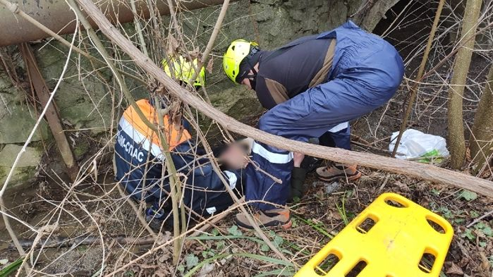 Сотрудники Алуштинского аварийно-спасательного отряда ГКУ РК «КРЫМ-СПАС» оказали помощь мужчине, упавшему в реку