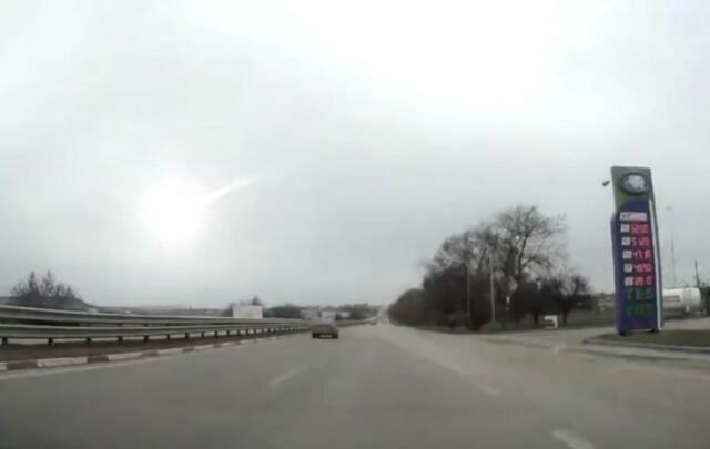 В Крыму яркая падающая вспышка в небе попала на видео