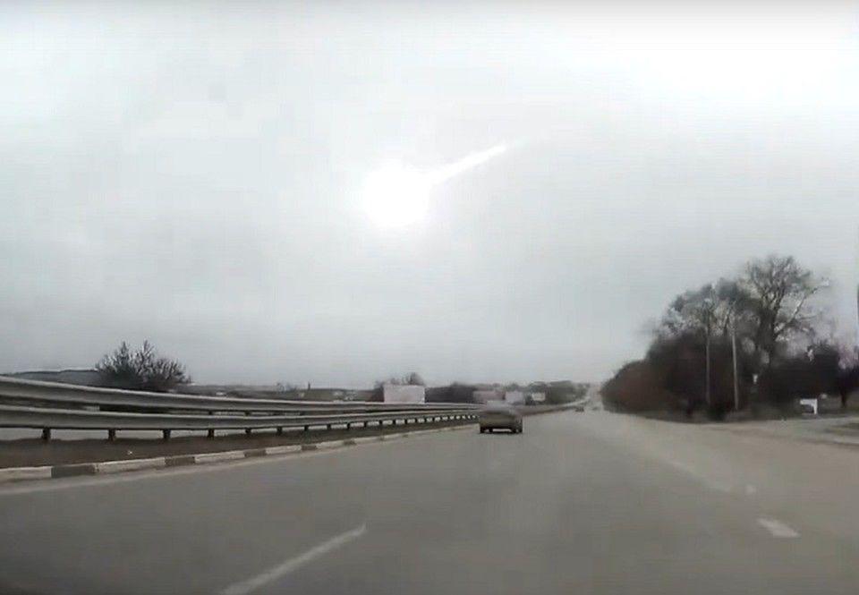 «Похожий был в Челябинске»: Житель Крыма заснял в небе летящий метеорит