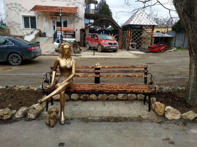 """В Севастополе демонтировали новую скульптуру, которую сравнили с памятником """"Алёнке"""""""