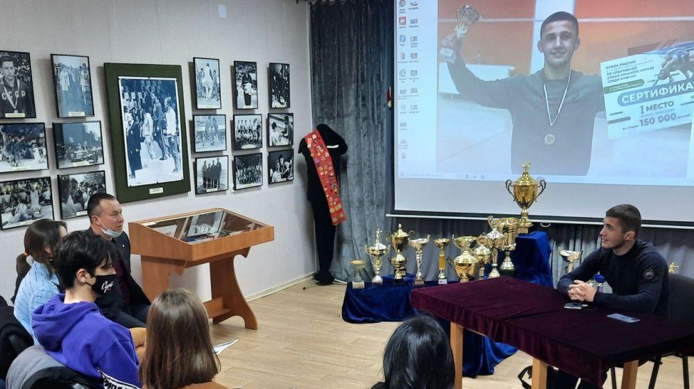 В рамках выставки «Национальная борьба «Куреш»: от традиции к современности» проведена встреча с обладателем Кубка мира Эмином Сефершаевым