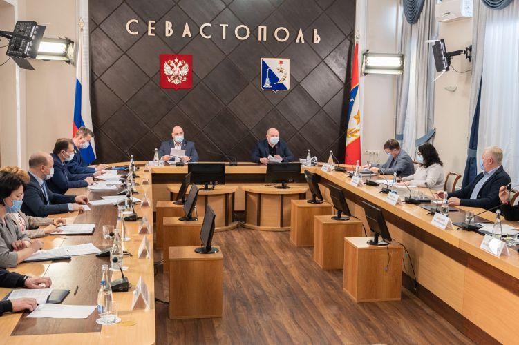 Михаил Развожаев поручил решить проблему с хаотичным размещением самокатов в городе