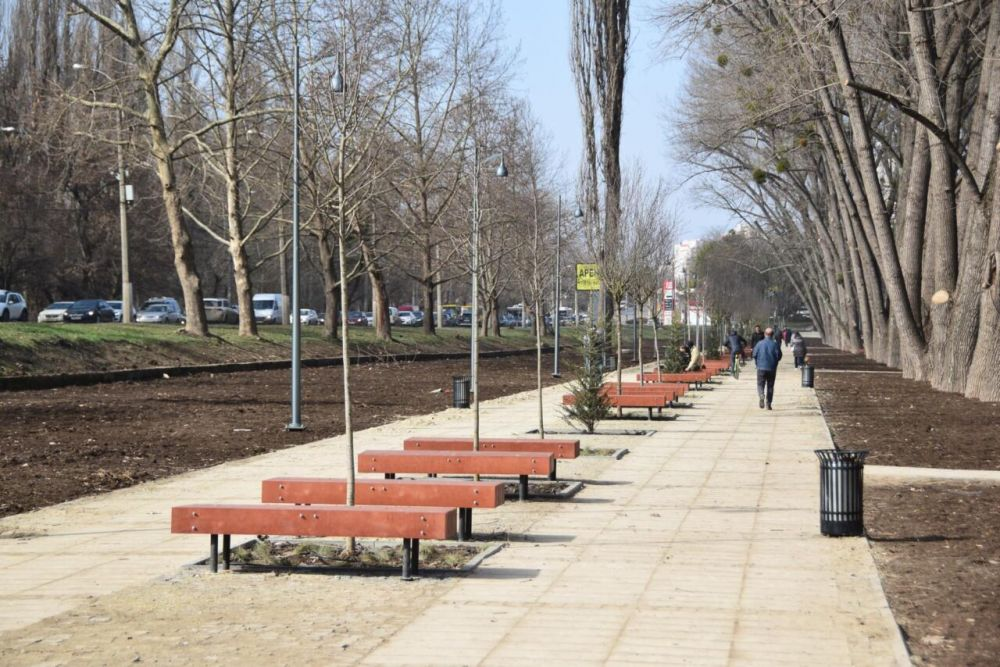 В Симферополе завершают реконструкцию сквера у ДКП