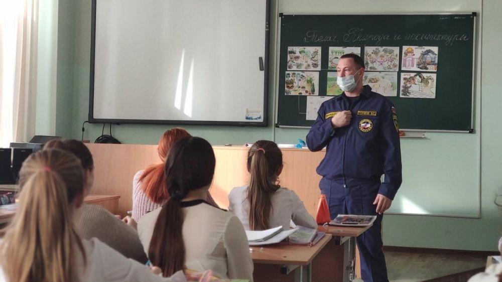 Подразделения МЧС Республики Крым в рамках празднования Всемирного дня гражданской обороны повсеместно проводят уроки ОБЖ