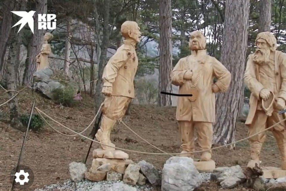 Появилось видео деревянных скульптур чеховских героев в крымском парке
