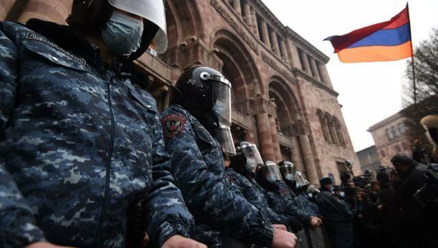 В Ереване сторонники оппозиции ворвались в здание правительства