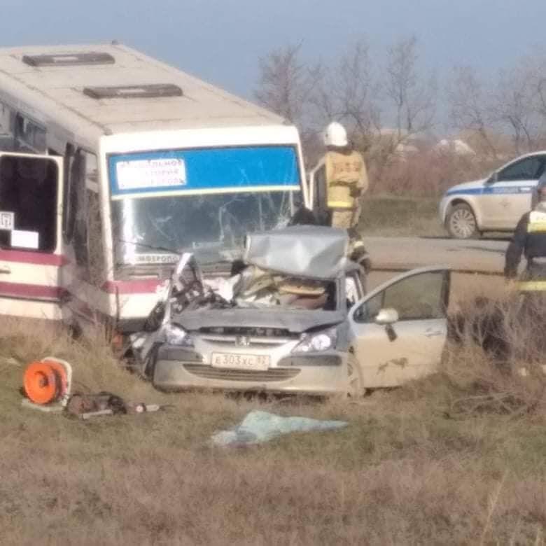 Легковушка всмятку: В Крыму произошло ДТП с участием рейсового автобуса