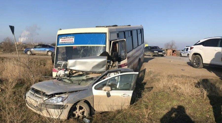Один человек погиб и один пострадал в результате тройного ДТП в Сакском районе