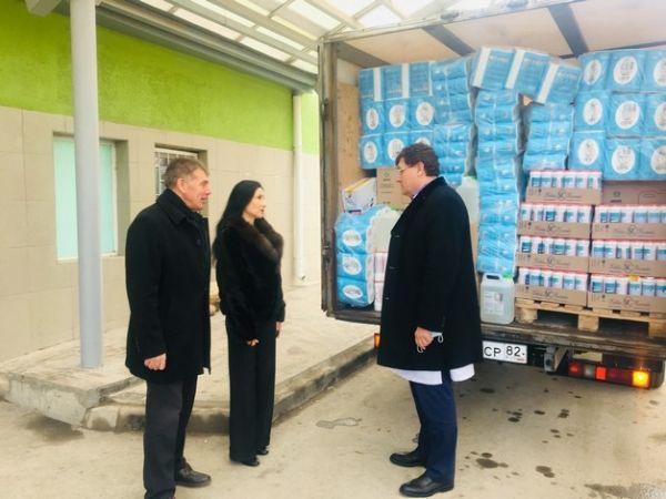 Крымские парламентарии передали детской больнице средства первой необходимости