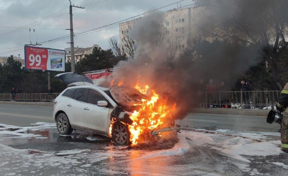 На проспекте Острякова в Севастополе загорелся автомобиль
