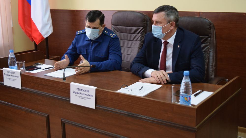 Состоялась рабочая встреча под руководством Джанкойского межрайонного прокурора с представителями казачьего общества и руководством администрации города и района.
