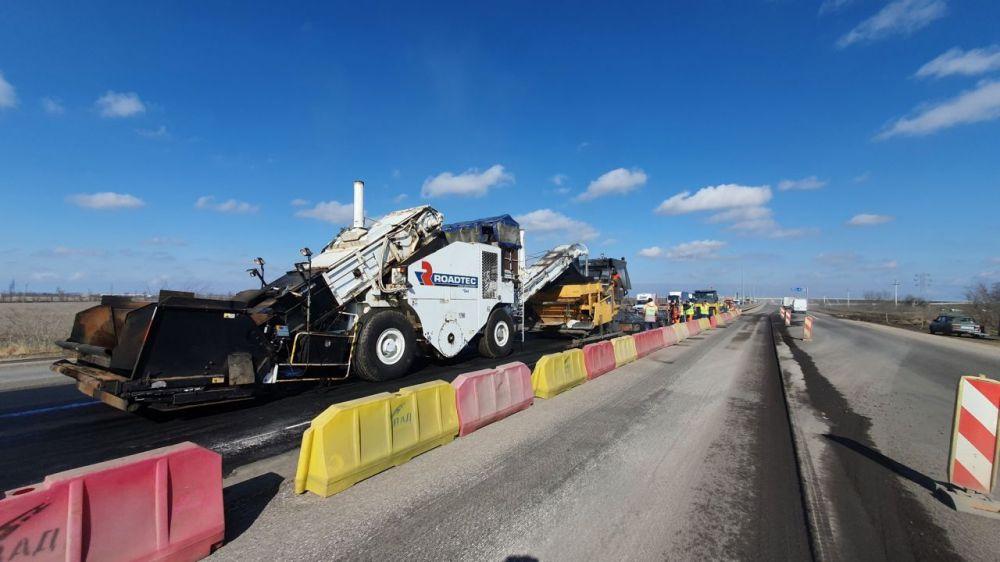 На дороге Джанкой – Симферополь начали укладывать дорожное покрытие