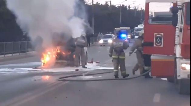 В Севастополе во время движения по проезжей части сгорел автомобиль