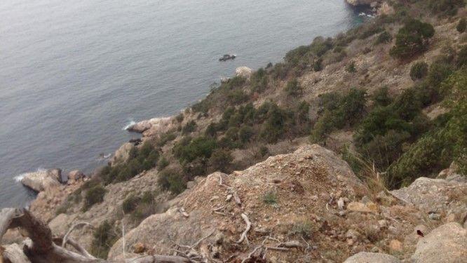 В Крыму мужчина застрял на скале рядом с Большой Севастопольской тропой