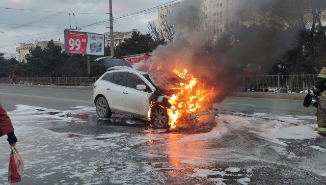 Не спасли: в Севастополе прямо на ходу загорелся автомобиль