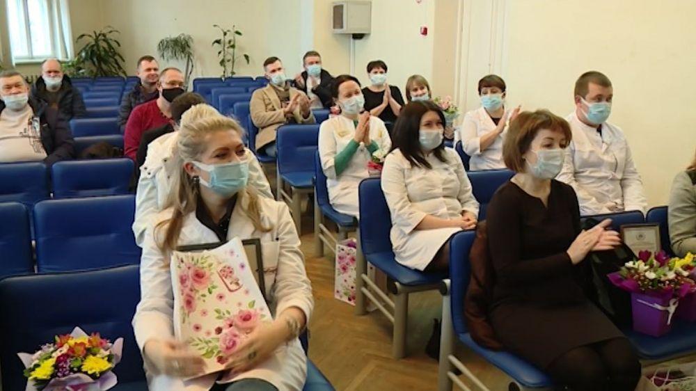 В Севастополе врачи начали принимать поздравления в 8 Марта