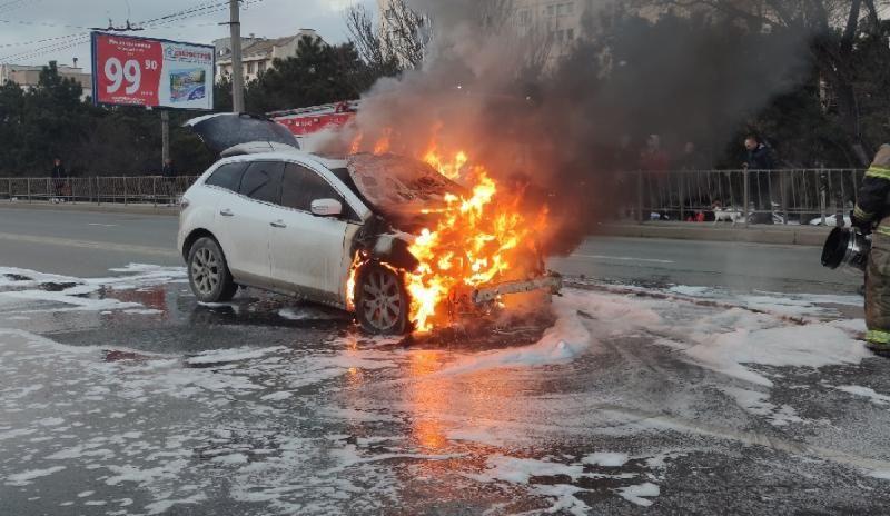 В Севастополе посреди городской дороги сгорела иномарка