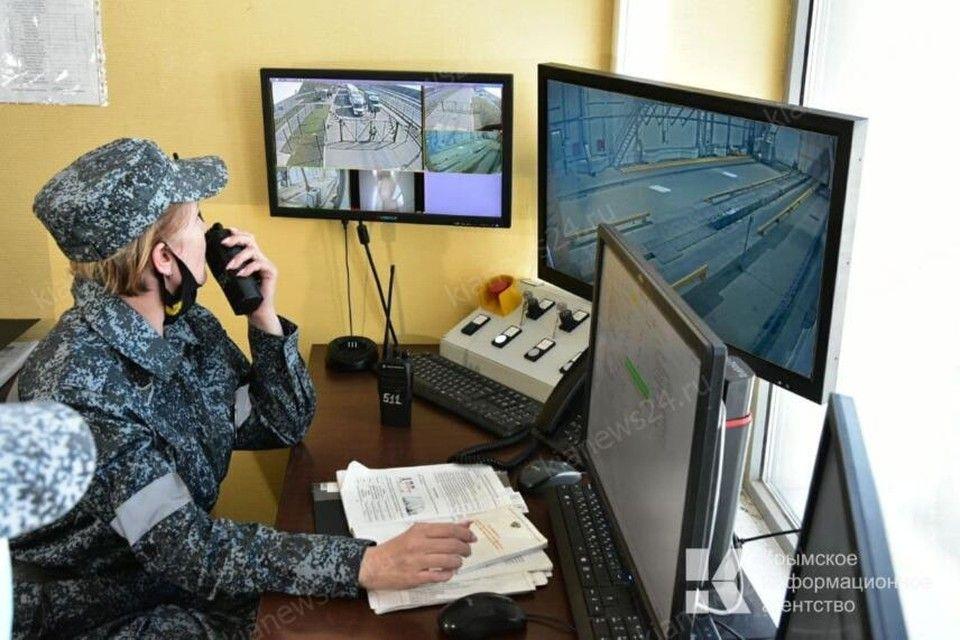 Грузовики на Крымском мосту начали проверять с помощью уникальной системы досмотра