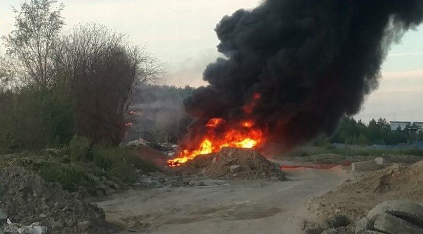 Севастопольские спасатели тушили пожар на свалке покрышек в Инкермане