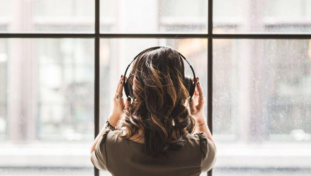 Берегите уши: врачи рассказали, как правильно носить наушники