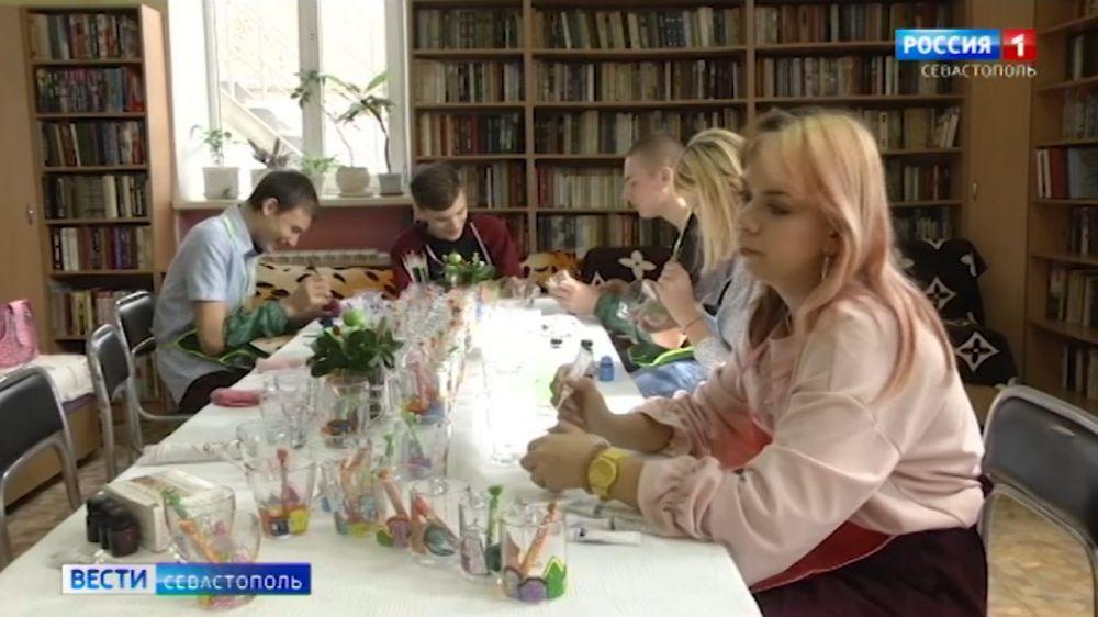 Воспитанники детского приюта поздравили одиноких жительниц Севастополя