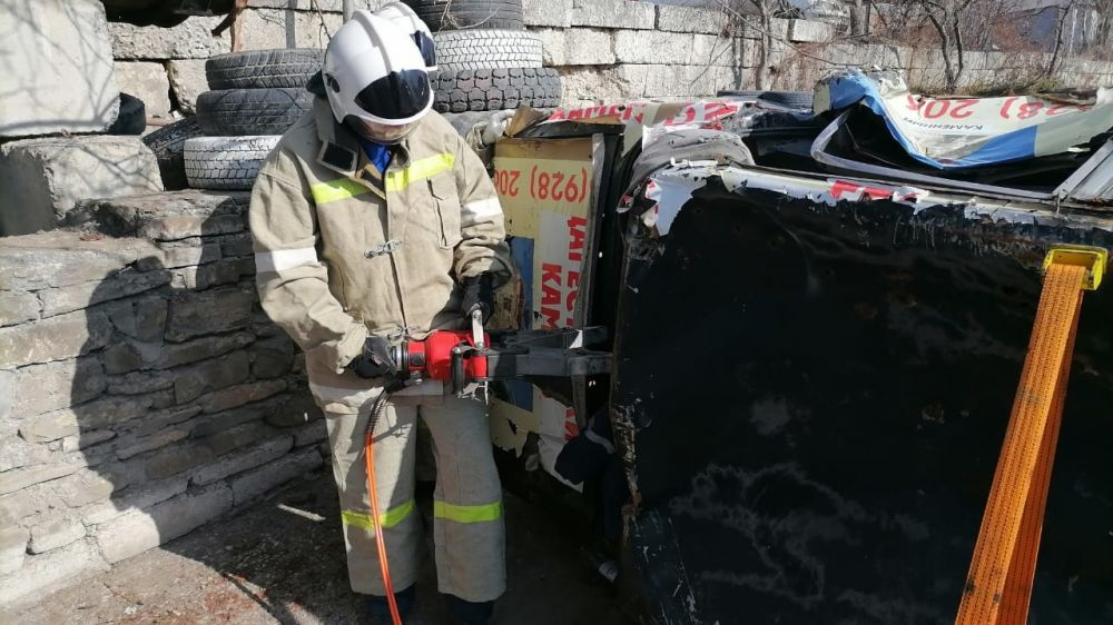 Специалисты Судакского АСО ГКУ РК «КРЫМ-СПАС» провели учебно – тренировочное занятие с применением гидравлического аварийно-спасательного инструмента