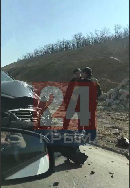 На выезде из Севастополя на трассу «Таврида» легковушка столкнулась с фурой