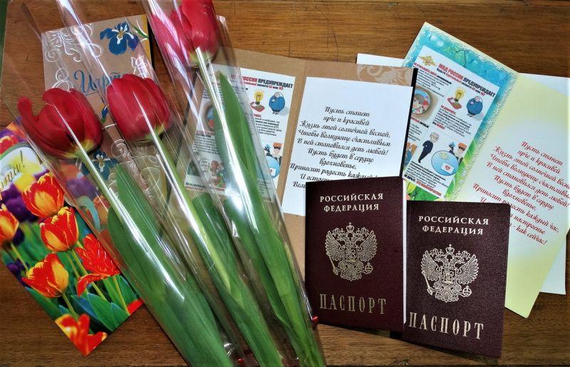 В канун 8 Марта сотрудники отдела по вопросам миграции УМВД России по г. Керчи вручали паспорта и дарили цветы